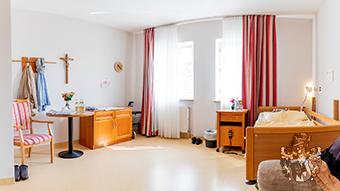 Pflegeimmobilie Schloss Fellheim Zimmer Einrichtung Juwel Immobilie