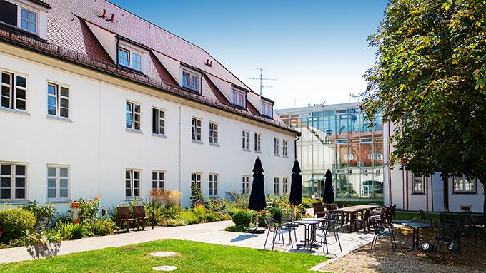 Pflegewohnungen Schloss Fellheim Bayern Innenhof Baum